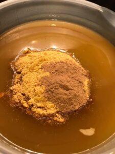 Seebitainas ja seebikivilahus on kokku valatud. Lisa apelsinikoor, mis eelnevalt jahvatatud kohviveskiskis.